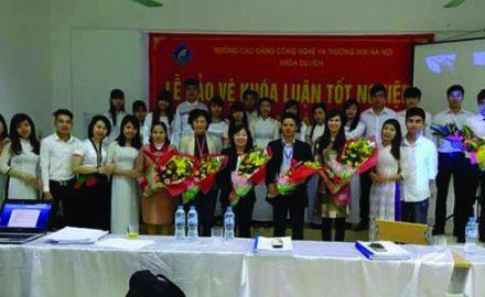 Sinh viên Khóa 6 – Khoa Du Lịch trong lễ bảo vệ Tốt nghiệp