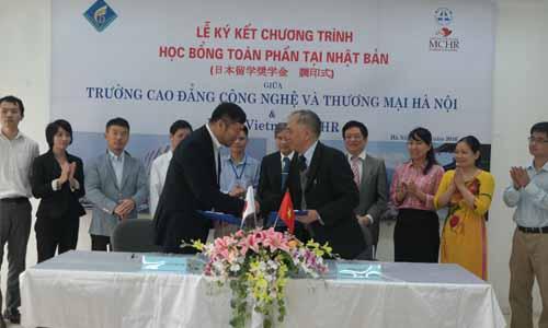 Hiệu trưởng Trường Cao đẳng Công nghệ và Thương mại Hà Nội trong lễ ký kết hợp tác với Công ty TNHH TV JVMCHR