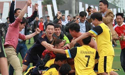 Đội bóng đá nam trường Cao đẳng Công nghệ và Thương mại Hà Nội trong chiến thắng