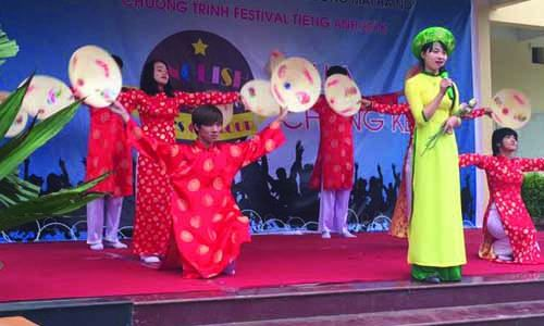 festival-tieng-anh-cao-dang-cong-nghe-thuong-mai-ha-noi-2016-bieu-dien-2