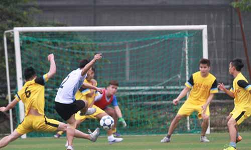 Đội bóng đá nam trường Cao đẳng Công nghệ và Thương mại Hà Nội trong 1 pha tranh bóng