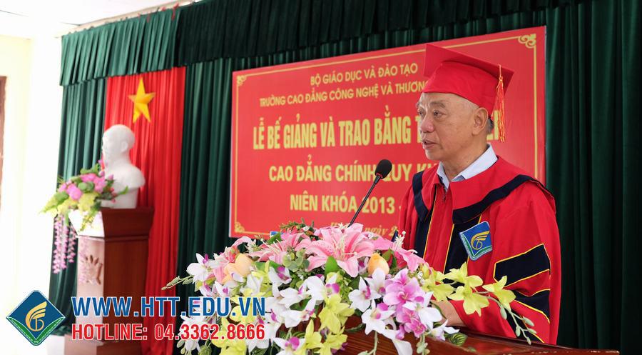 Hiệu trưởng Cao đẳng Công nghệ và Thương mại Hà Nội phát biểu tại lễ Bế giảng
