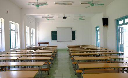 Phòng học được trang bị máy chiếu và hệ thống âm thanh