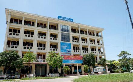 Tòa nhà Ký túc xá với tầng 1 là căng tin của Trường
