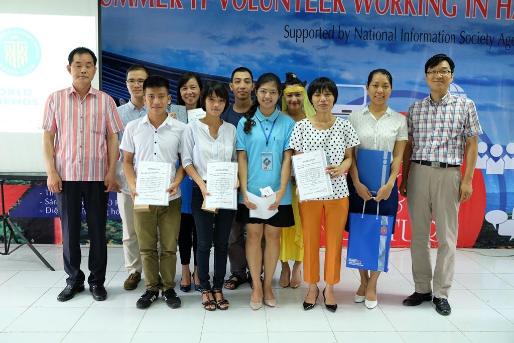 Tập thể Cán bộ, sinh viên tham gia điều phối chương trình nhận quà lưu niệm của phía Hàn Quốc