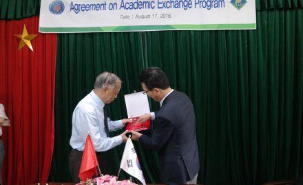 Đại diện 2 trường trao kỷ niệm chương