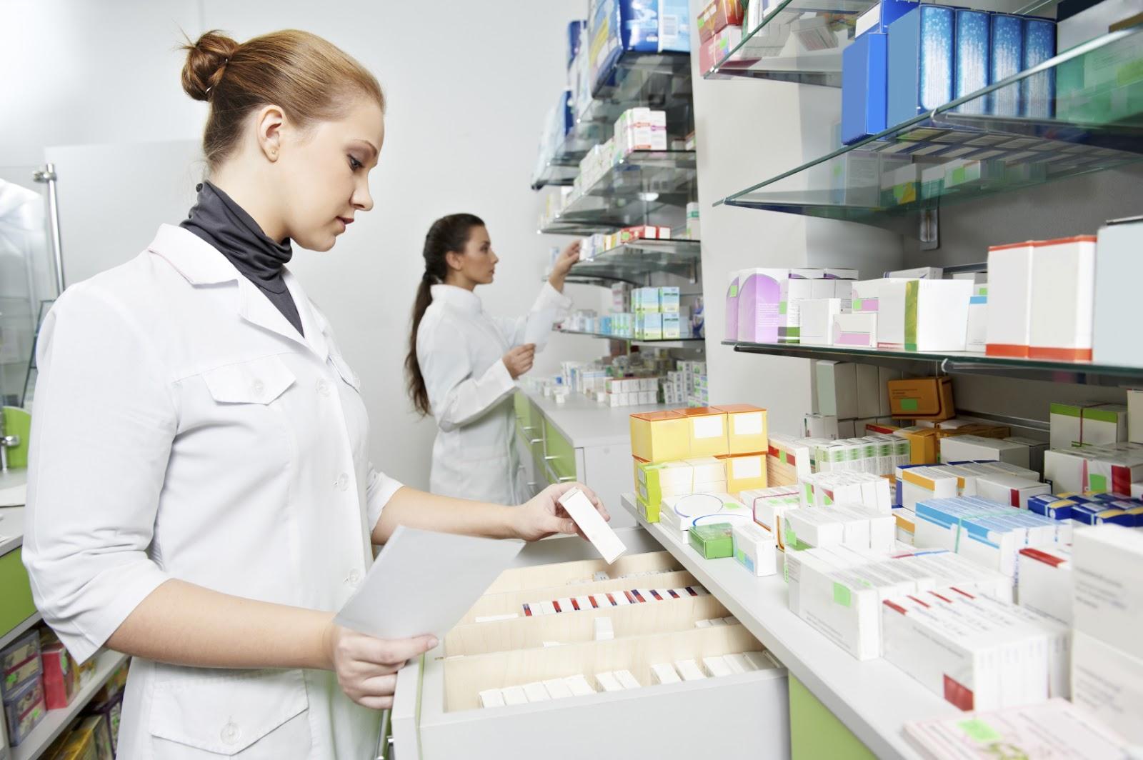 Dược sĩ làm việc tại các nhà thuốc