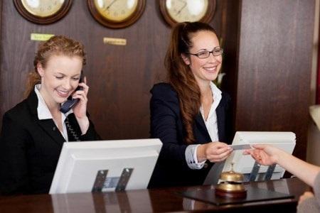 Nhân viên khách sạn cao cấp luôn phải tuân thủ các quy tắc nghiêm ngặt khi giao tiếp với khách hàng