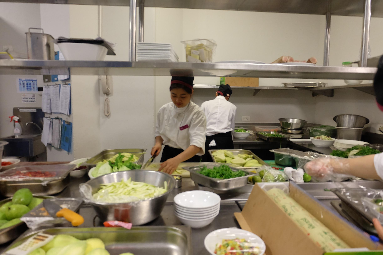Sinh viên ngành quản trị chế biến món ăn tại Htt được thực hành tại khách sạn Crowne Plaza