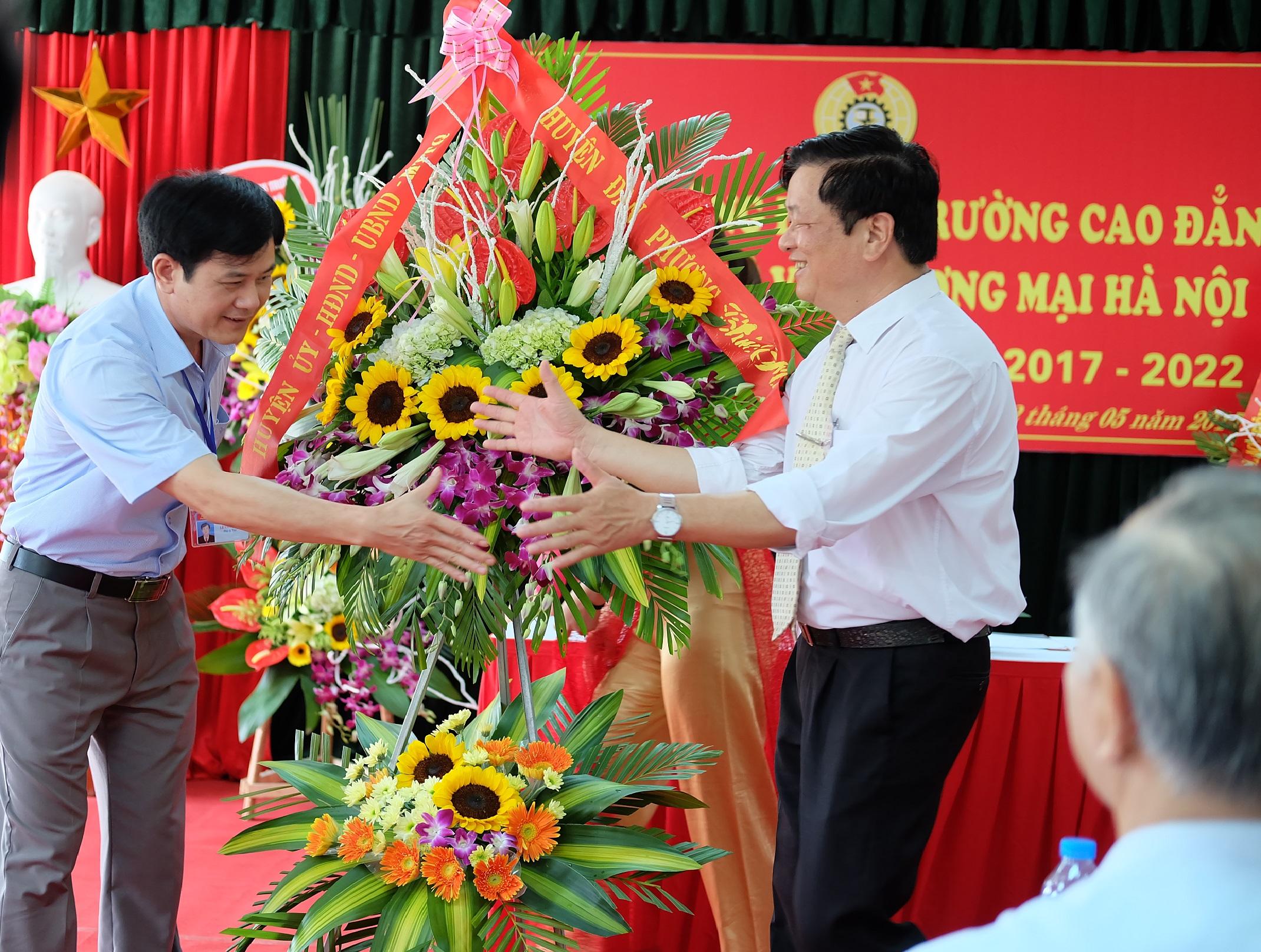Đai diện Huyện ủy, UBND, MTTQ huyện Đan Phượng tặng hoa chúc mừng đại hội