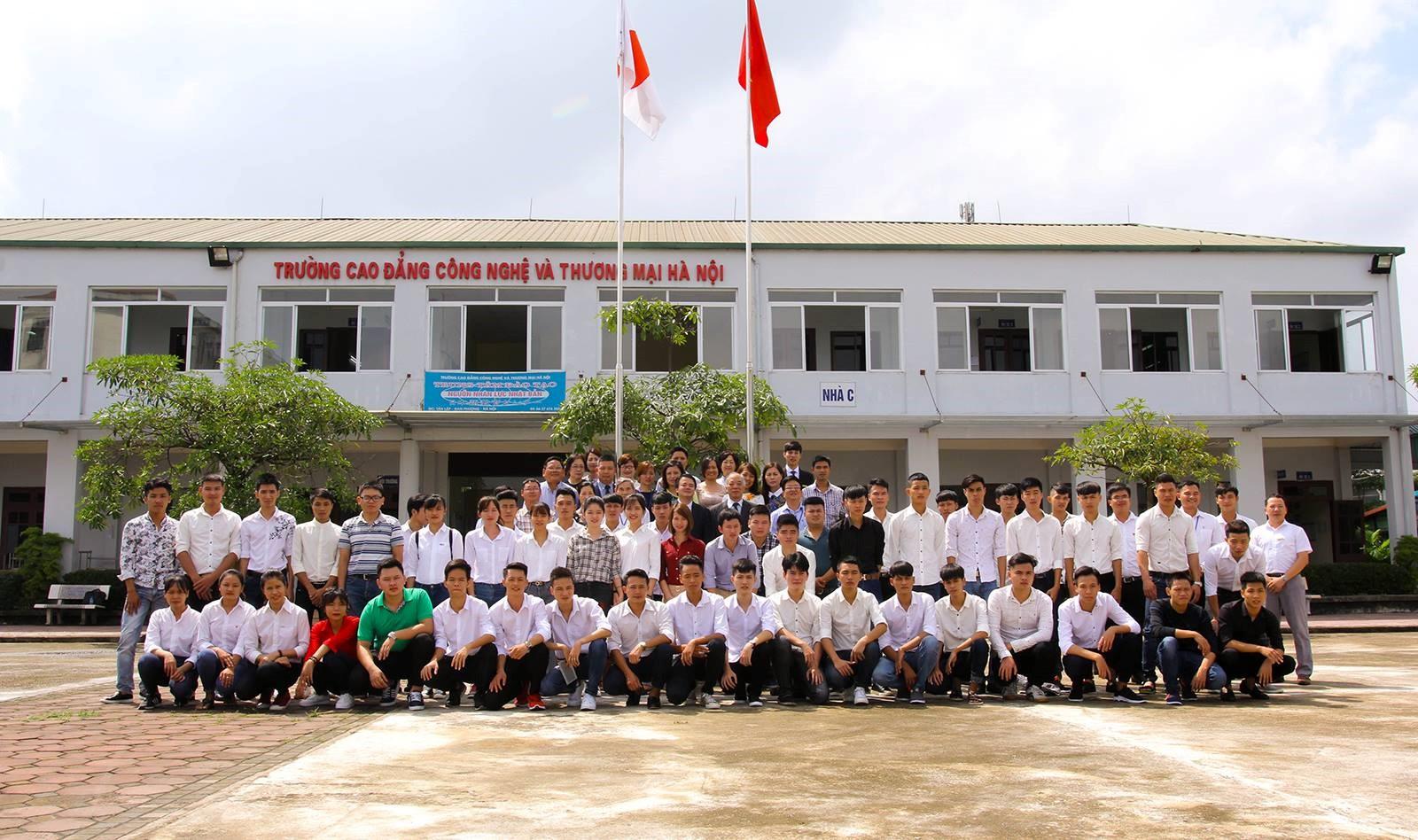 Toàn thể các em sinh viên, các thầy cô giáo của Khoa và Nhà trường trong Lễ Khai giảng