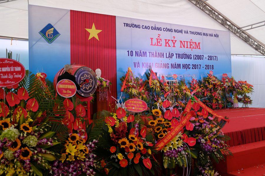 Thầy Lê Ngọc Hoàn đánh trống khai giảng năm học mới