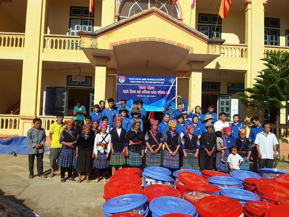 Đoàn thanh niên trường CĐ Công nghệ và Thương mại Hà Nội trao quà cho 30 hộ dân gặp hoàn cảnh khó khăn của xã Kim Nọi