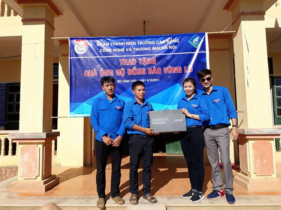 Đ/c Đoàn Phương Thúy - Bí thư Đoàn trường, thay mặt đoàn tặng quà cho Đoàn Thanh niên xã Kim Nọi