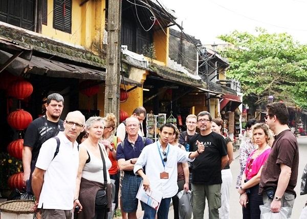 Lượng khách du lịch đến Việt Nam tăng do đó nhu cầu nhân lực ngành dịch vụ lữ hành rất lớn