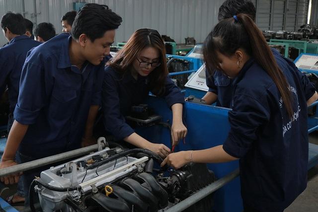 Học công nghệ ô tô tại HTT sinh viên được thực hành thực tập trong chương trình học