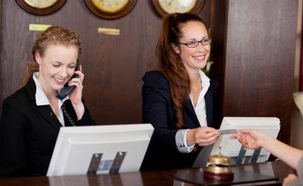 Học lễ tân nhà hàng – khách sạn ra làm những gì?