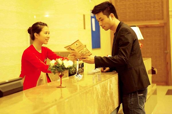 Lễ tân khách sạn cần biết quy trình trao chìa khóa khi khách check-in.