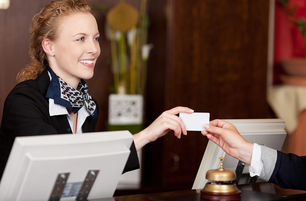 Lễ tân khách sạn cần biết quy trình trao chìa khóa khi khách check-in