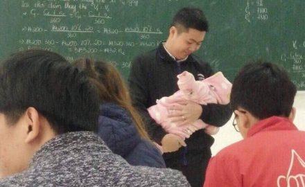 Sự thật về câu chuyện thầy giáo bế con cho sinh viên làm bài thi