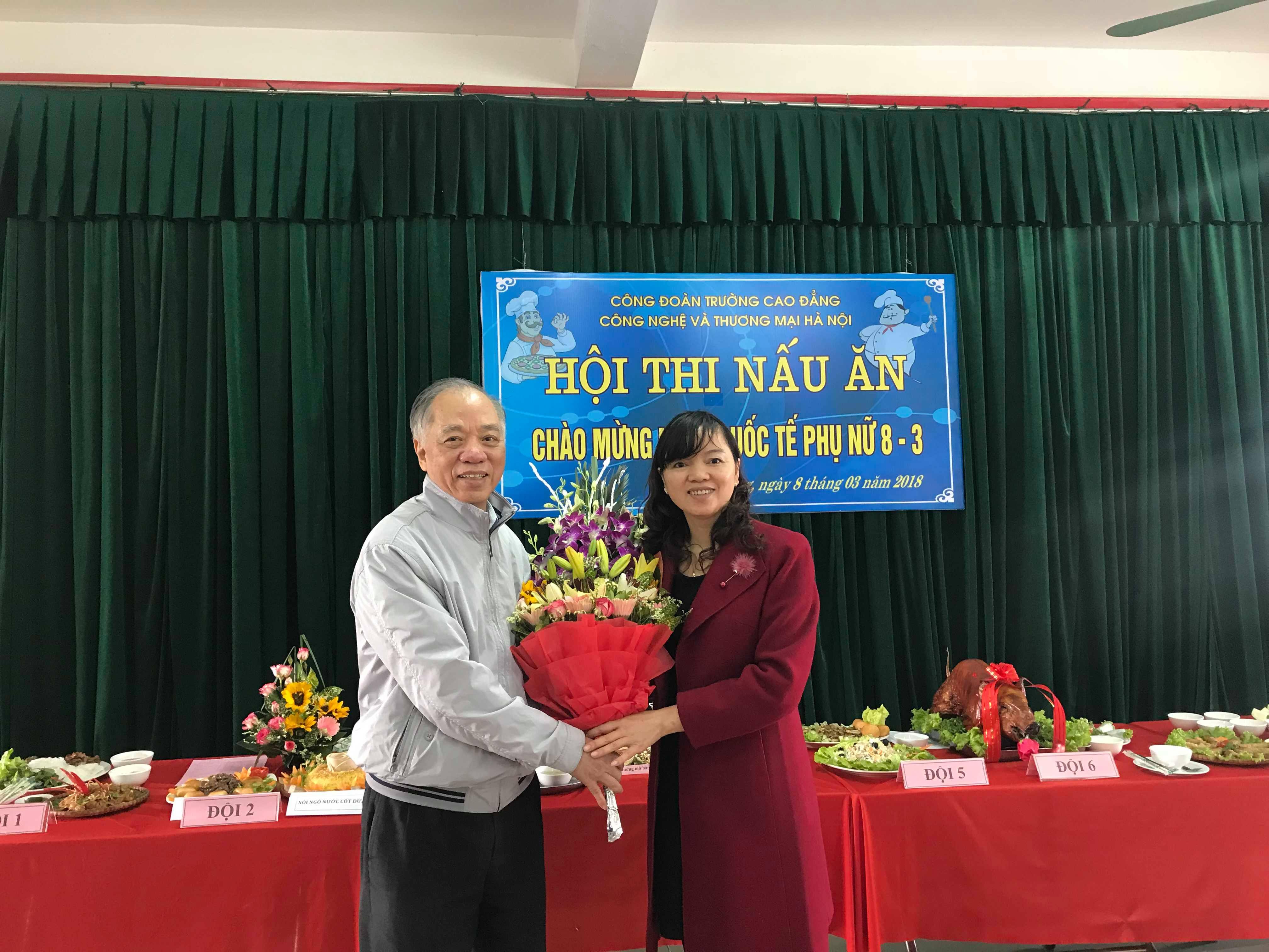 Thầy Hiệu trưởng tặng hoa chúc mừng Hội thi và chúc mừng chị em phụ nữ Nhà trường nhân ngày Quốc tế Phụ nữ