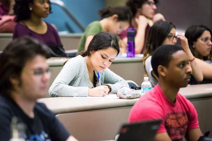 Khi vào phòng thi các bạn nên bình tĩnh và tập trung để có thể đạt kết quả cao nhất