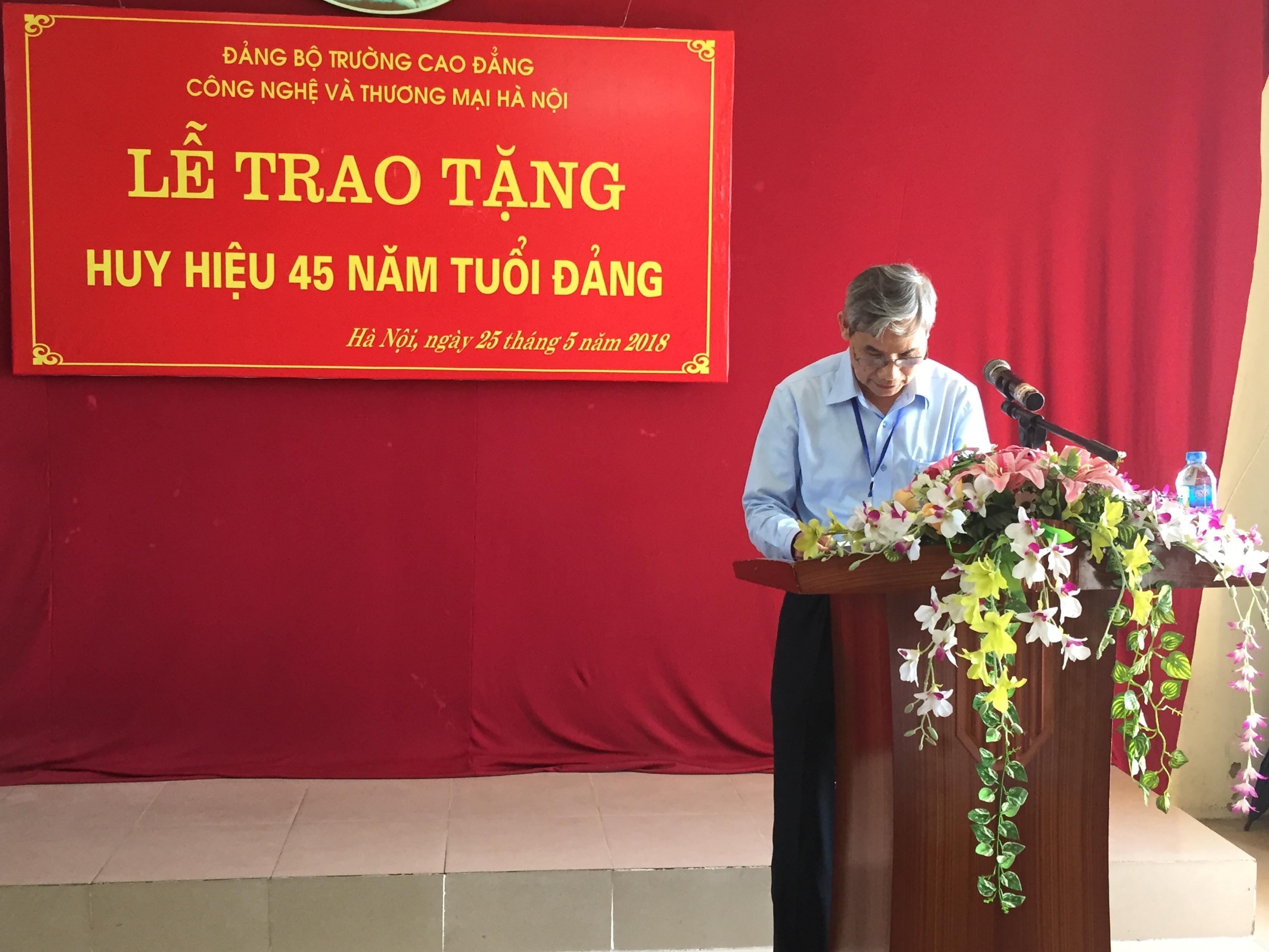 Đ/c Trần Hữu Thể - Bí thư Đảng ủy phát biểu chúc mừng đ/c Nguyễn Văn Phong tại Lễ trao tặng Huy hiệu 45 năm tuổi Đảng