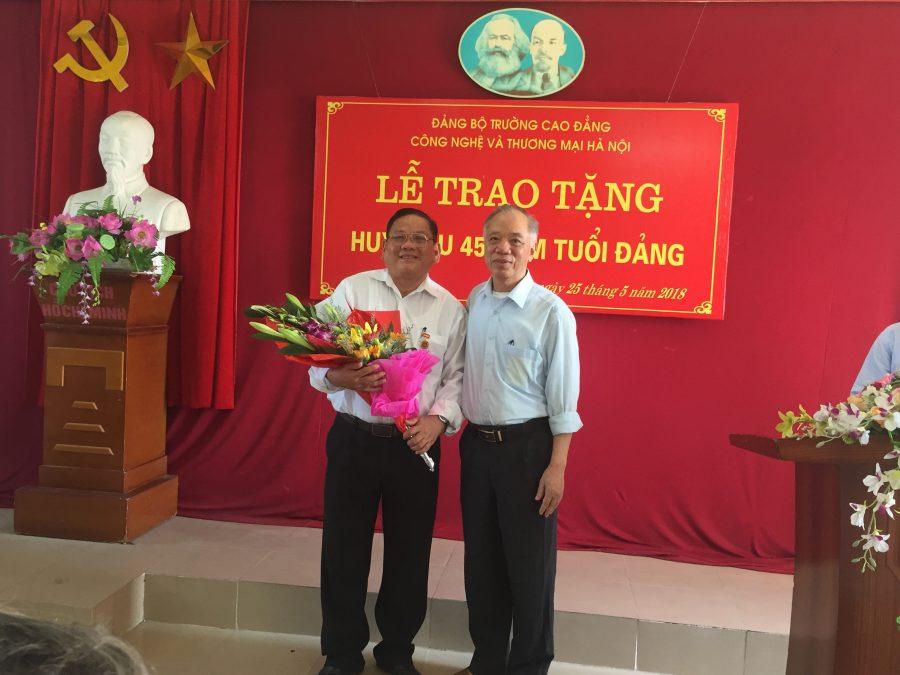 Đ/c Đoàn Xuân Viên - Phó Bí thư Đảng ủy tặng hoa chúc mừng đ/c Nguyễn Văn Phong