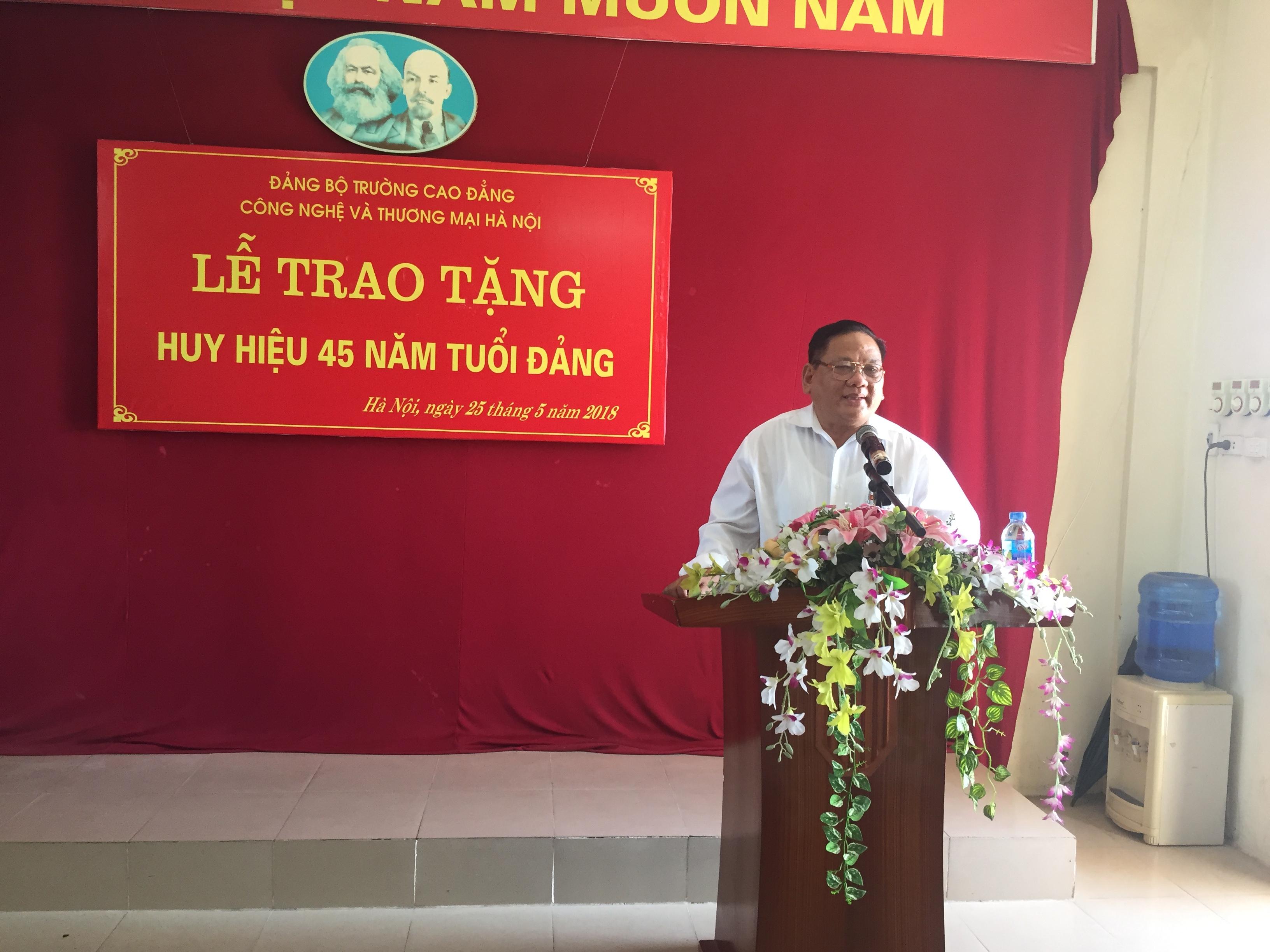 Đ/c Nguyễn Văn Phong xúc động phát biểu tại Lễ trao tặng Huy hiệu 45 năm tuổi Đảng