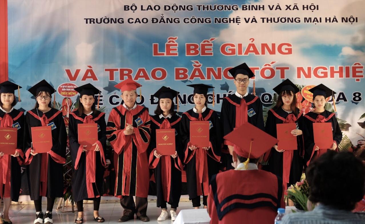 PGS. TS. Lê Bá Sơn - Phó Hiệu trưởng Nhà trường trao bằng và chụp ảnh kỉ niệm cùng các em sinh viên Khóa 8 (2015 - 2018)