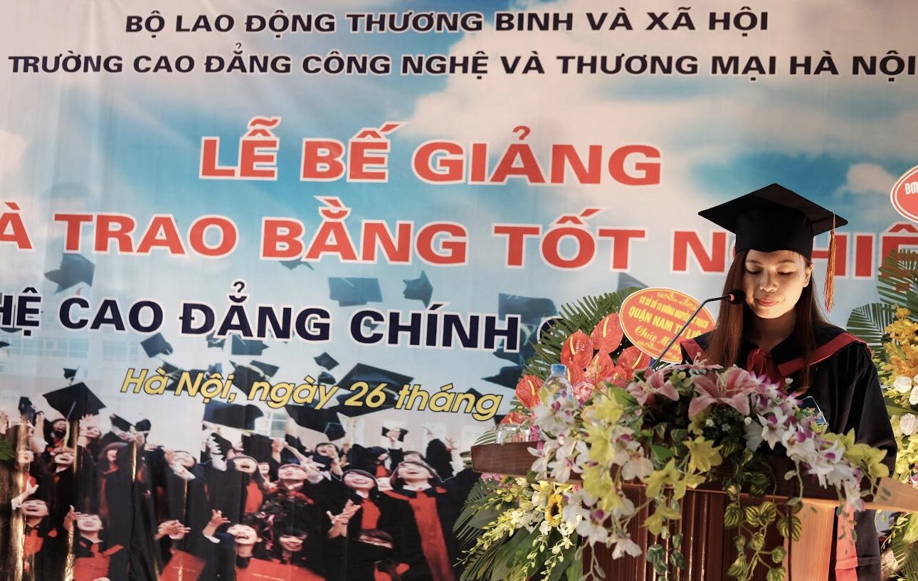 Em Viên Thị Chinh - Sinh viên lớp D23K8 phát biểu tại Lễ bế giảng
