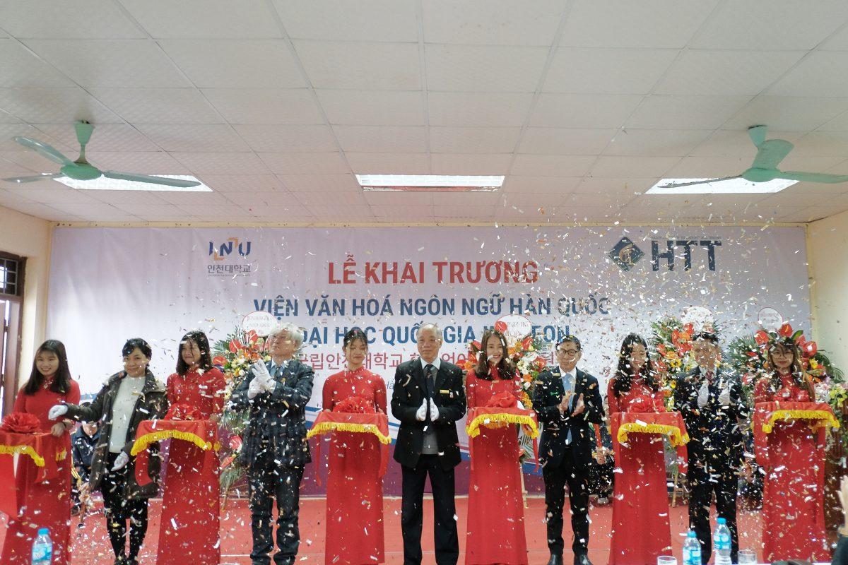 Đại diện lãnh đạo trường Đại học quốc gia Incheon và Cao đẳng Công nghệ và thương mại Hà Nội làm lễ cắt băng khánh thành Phân hiệu 5 - Viện Văn hóa và ngôn ngữ Hàn Quốc
