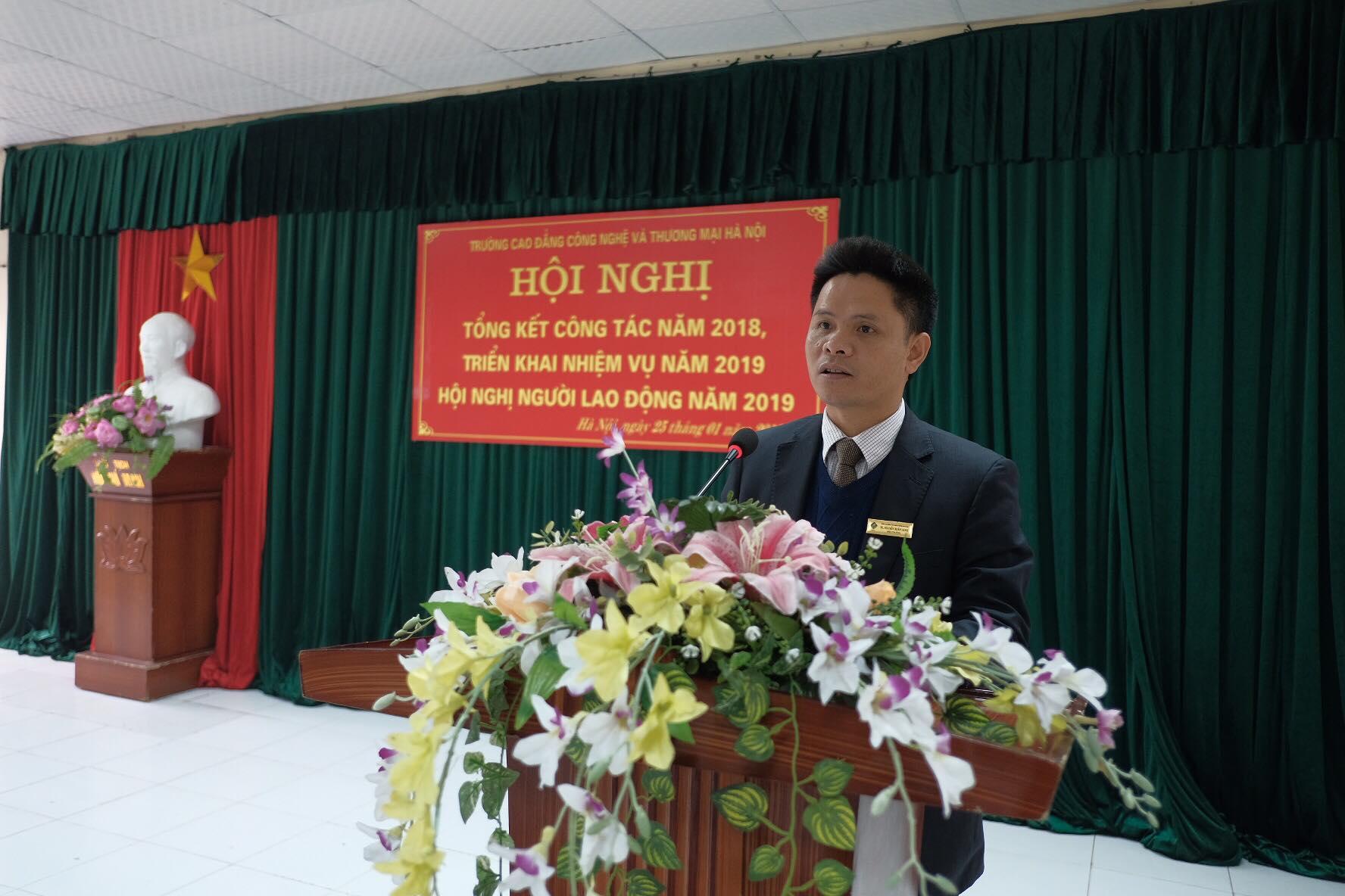 TS. Nguyễn Xuân Sang - Hiệu trưởng Nhà trường trình bày báo cáo tổng kết công tác năm 2018 và triển khai phương hướng, nhiệm vụ công tác năm 2019