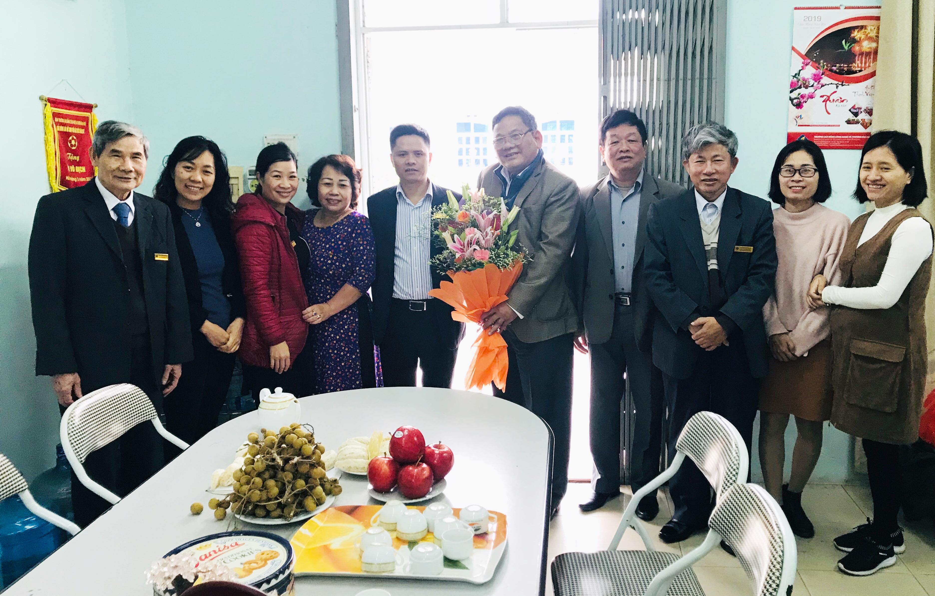 Ban Giám hiệu tặng hoa chúc mừng ngày thầy thuốc Việt Nam 27/2 khoa Y Dược - Điều dưỡng