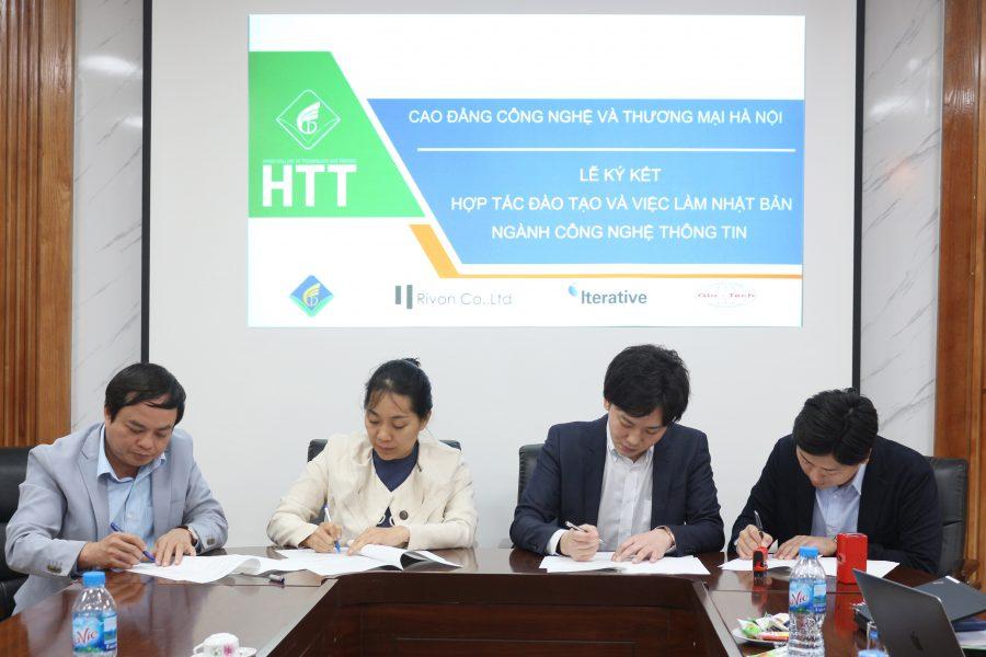 Đại diện Nhà trường và các Doanh nghiệp ký kết vào Thỏa thuận hợp tác và Biên bản ghi nhớ
