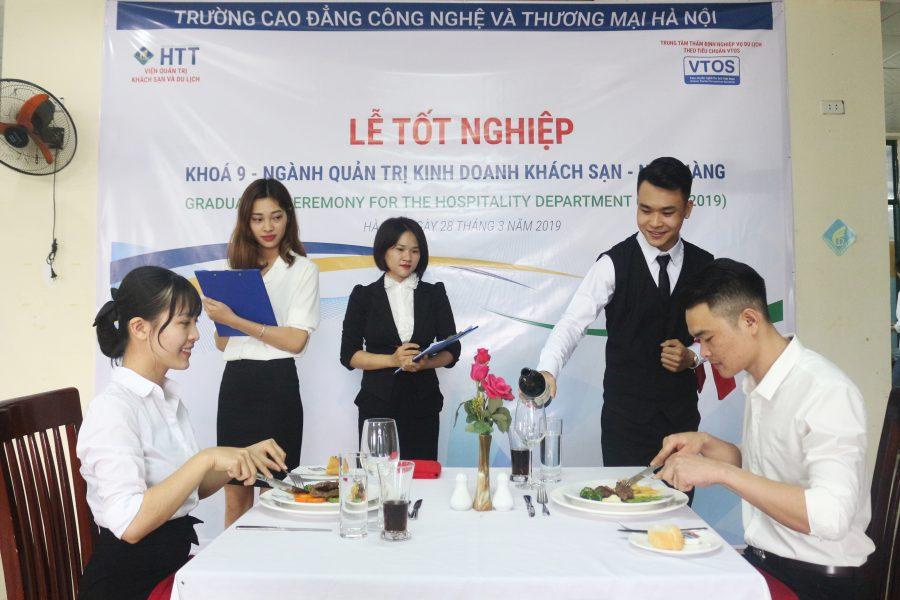 Sinh viên ngành Quản trị khách sạn thực hành tại lễ tốt nghiệp