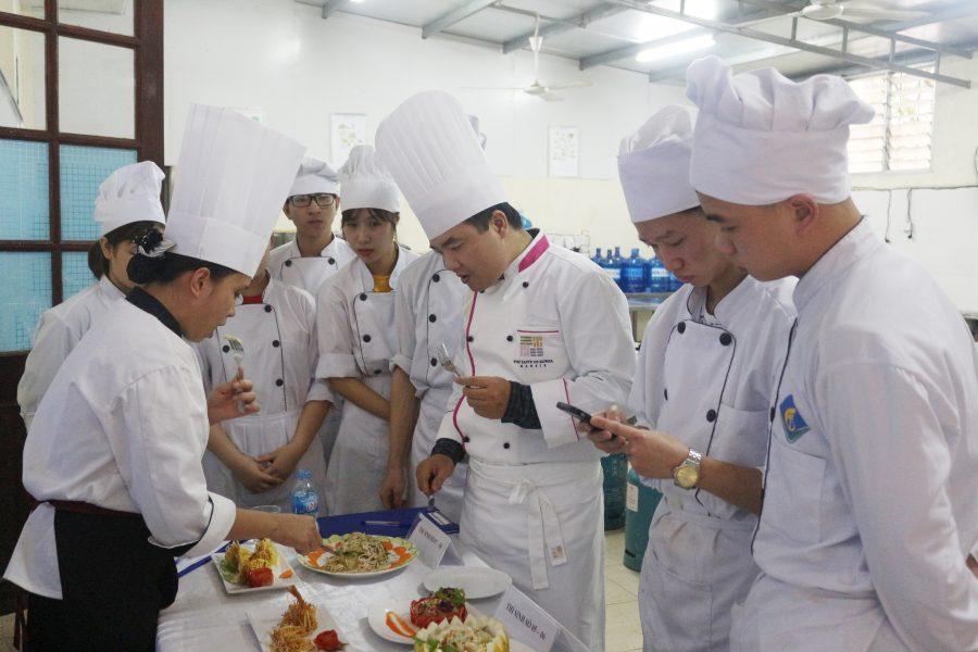 Chuyên gia Đỗ Minh Cường nhận xét và góp ý cho những sản phẩm của sinh viên Khóa 9 ngành Kỹ thuật Chế biến món ăn