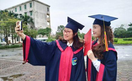 Trao bằng tốt nghiệp cho sinh viên cao đẳng chính quy Khóa 10
