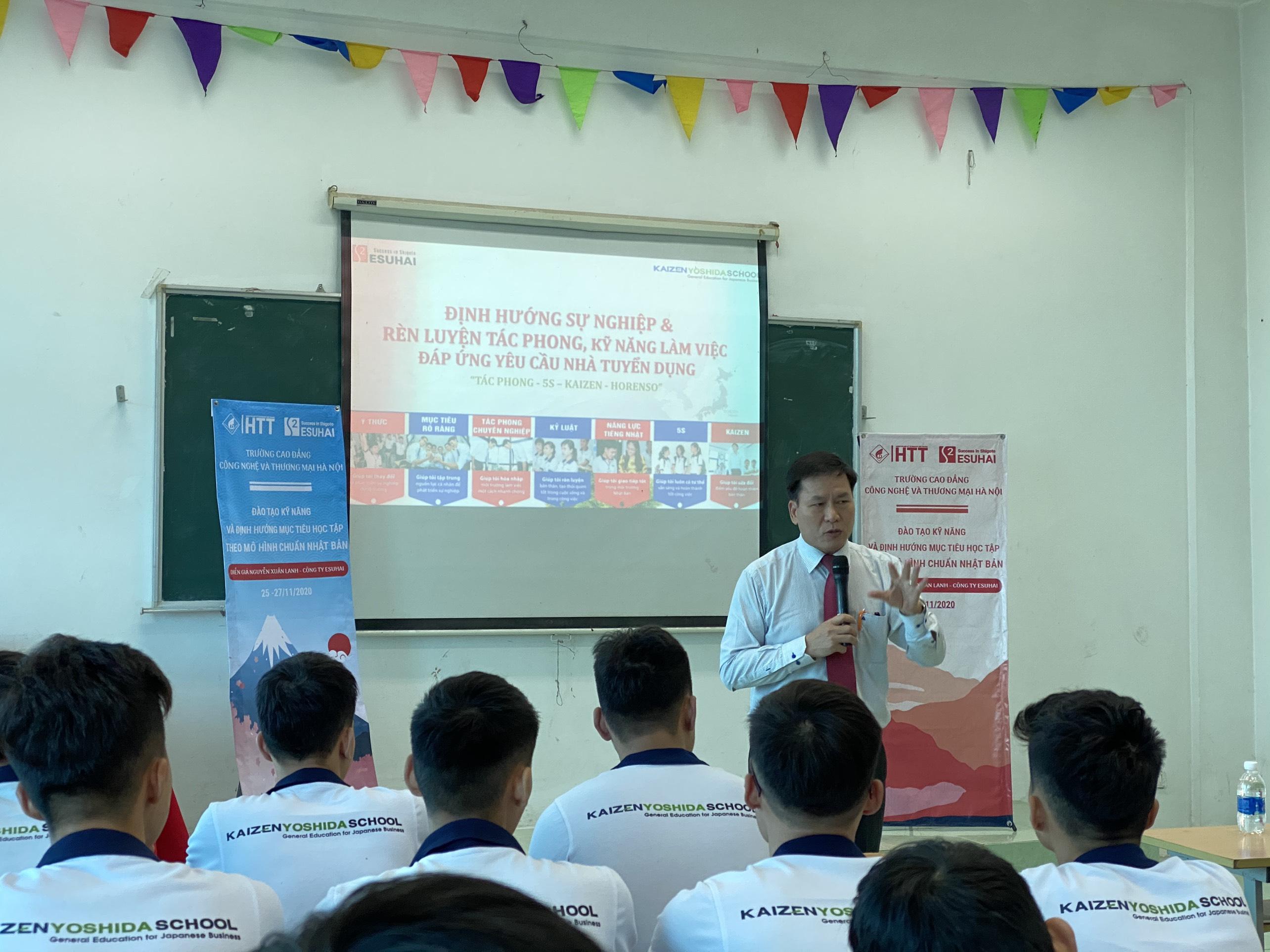 Thầy Nguyễn Xuân Lanh đang nhiệt tình chia sẻ những kinh các kỹ năng cần thiết với sinh viên HTT
