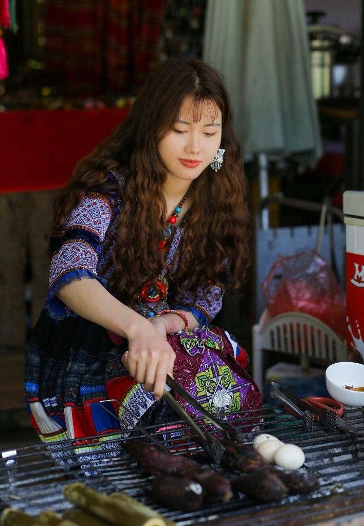 Hình ảnh cô gái người H'Mông được du khách chụp ngày 3/5. Ảnh: Dương Văn Quang.