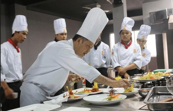Học quản trị chế biến món ăn theo đuổi đam mê nấu ăn